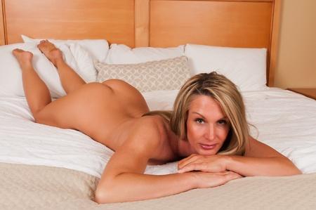 naked: Mooie rijpe blonde liggend naakt in bed