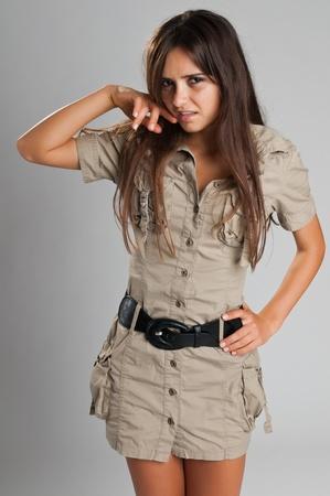 Mooie slanke Roemeense brunette in een safari jurk
