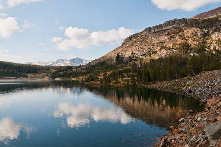 inyo national forest: Lago Tioga en la entrada oriental del Parque Nacional Yosemite, California