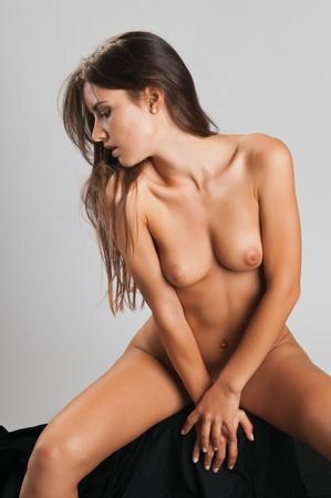 femme se deshabille: Assez mince brunette roumain posant nue