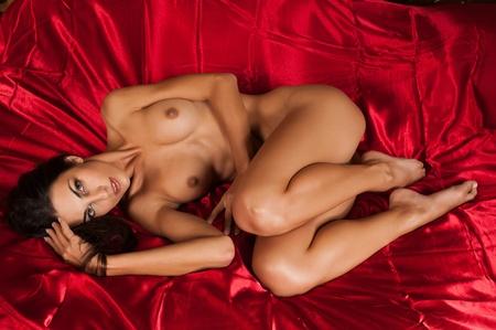 the naked girl: Hermosa morena delgado desnuda acostada en la cama