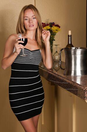 Mooie jonge blonde met een glas wijn