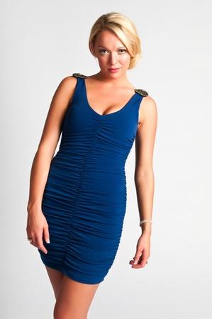 青いドレスでかなり若いブロンド