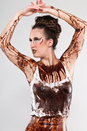 chocolate syrup: Cubierta alta morena con jarabe de chocolate y caf� molido