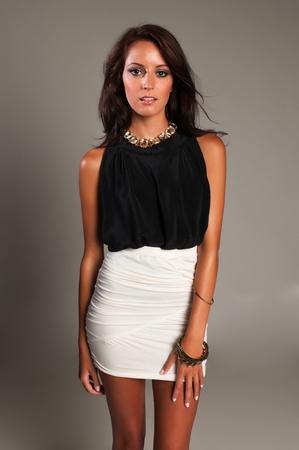 falda corta: Hermosa morena delgado en blanco y negro Foto de archivo