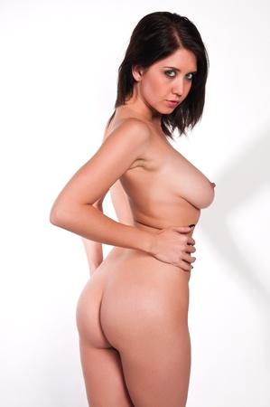 nudo di donna: Piuttosto giovane bruna nudo contro bianco