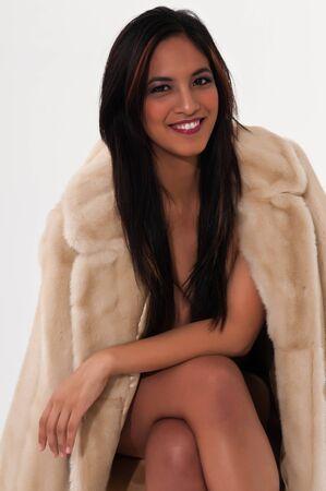 bontjas: Mooie jonge Aziatische vrouw in een nep-bontjas Stockfoto