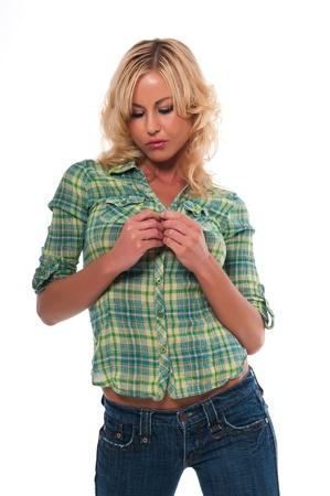 녹색 체크 무늬 셔츠와 청바지에 꽤 젊은 금발의 여자 스톡 콘텐츠