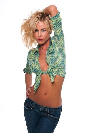 shirt unbuttoned: Pretty giovane donna bionda in camicia verde a quadri e jeans