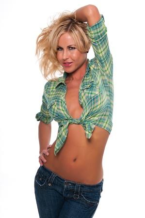 shirt unbuttoned: Bella giovane donna bionda in una camicia verde a quadri e jeans Archivio Fotografico