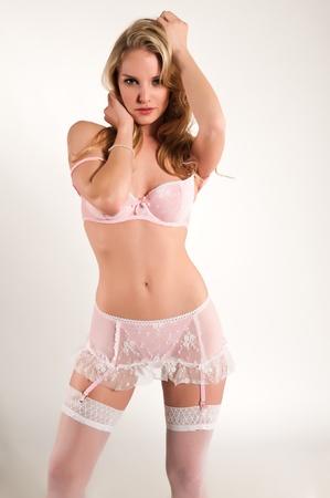 panties: Mujer bonita rubia vestida con ropa interior rosa