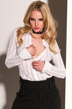 blusa: Bonita rubia mujer en blanco y negro Foto de archivo