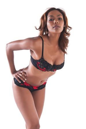 赤と黒のランジェリーで美しい若い多民族女性