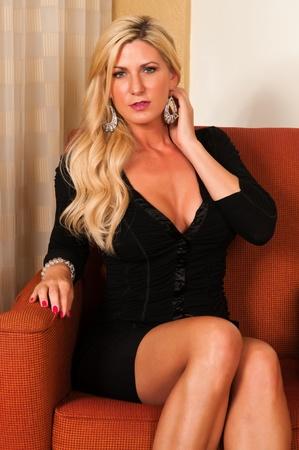 voluptueuse: Belle blonde mature dans une petite robe noire Banque d'images