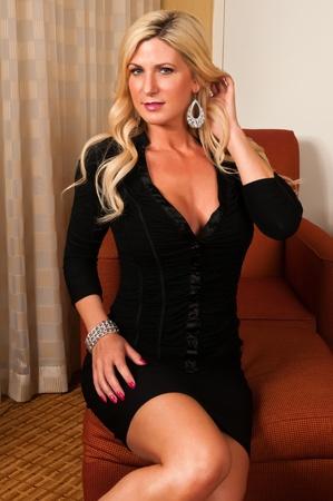 voluptuous: Hermosa rubia madura en un peque�o vestido negro