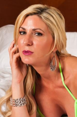 donne mature sexy: Bella bionda matura in un rivelatore abito verde lime