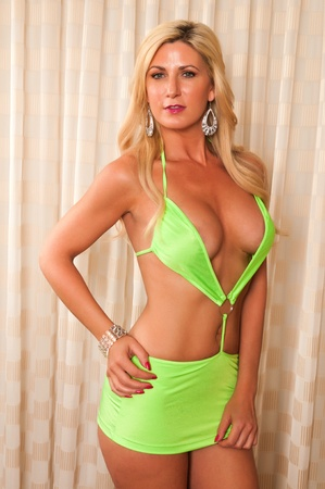 donne mature sexy: Bella bionda matura in un rivelatore vestito verde lime