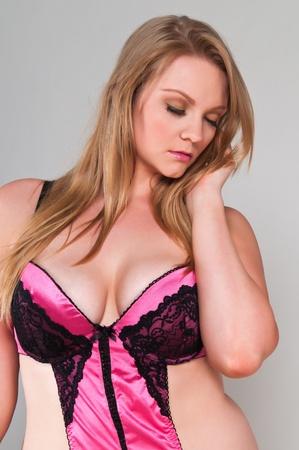 voluptuosa: Bastante joven rubia más el tamaño de ropa interior rosa