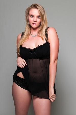 voluptueuse: Jolie blonde jeune, plus la taille d'une nuisette noire