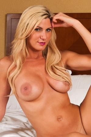 topless: Belle blonde mature nue dans son lit Banque d'images