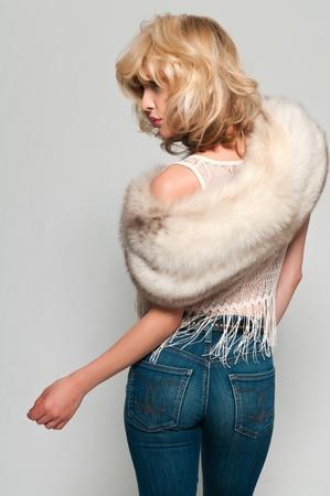 stola: H�bsche schlanke Blondine in einem Pelzstola und Jeans