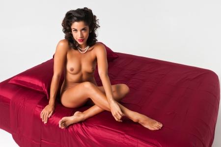 femme se deshabille: Belle jeune femme nue sur des feuilles multiraciale bordeaux