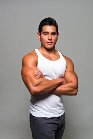 白いシャツでアスレチックの若い男