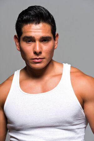 wifebeater: Atletica giovane uomo in una maglietta bianca
