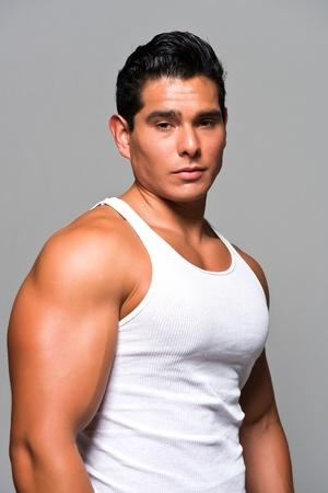Atletica giovane uomo in una maglietta bianca