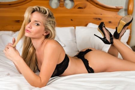 chica sexy: Rubia bastante joven vestida en ropa interior negro Foto de archivo