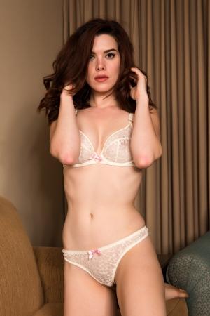 culotte fille: Jolie jeune rousse habill�e en lingerie blanche