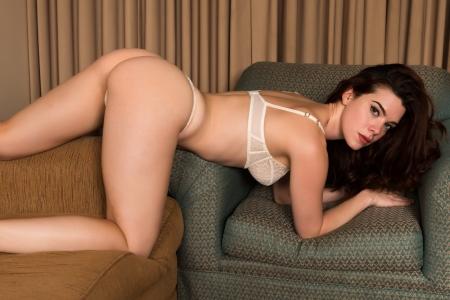 panties: Bastante joven pelirroja vestida con ropa interior blanca