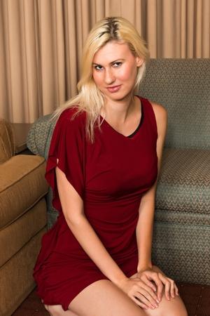 Hohe junge Blondine in einem dunkelroten Kleid Standard-Bild - 16639126