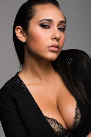 アンティーク緑色のランジェリーで美しい若い多民族女性