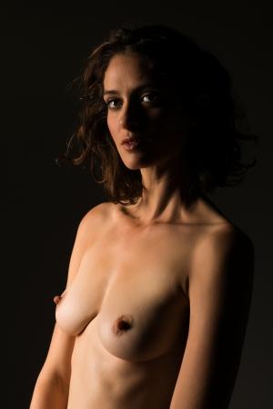 femme se deshabille: Grand nu brune dans l'ombre