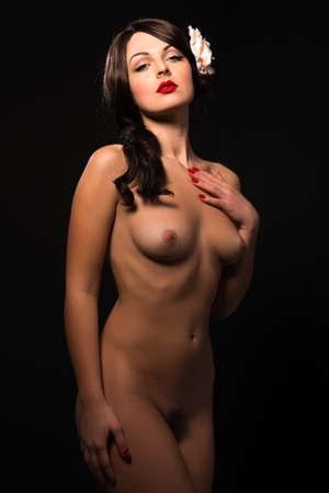 mujer negra desnuda: Joven y bella mujer ucraniana desnuda en negro Foto de archivo