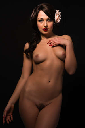 femme se deshabille: Belle jeune femme ukrainienne nue sur fond noir