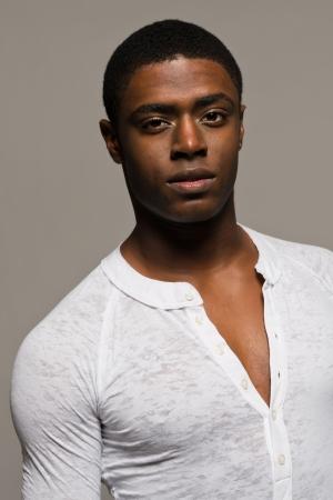 bel homme: Beau jeune homme noir dans une chemise d�contract�e blanc