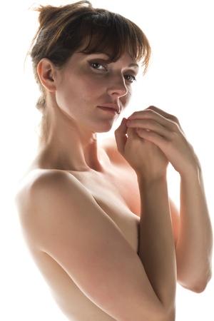 femme se deshabille: Assez mince brune nue dans l'ombre