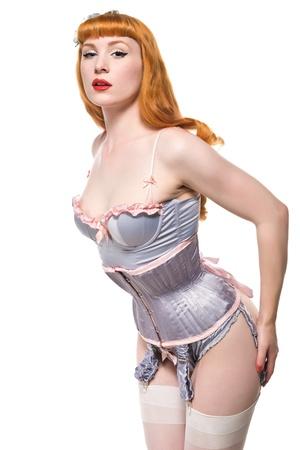 reggicalze: Bella giovane rossa vestita in lingerie d'epoca Archivio Fotografico