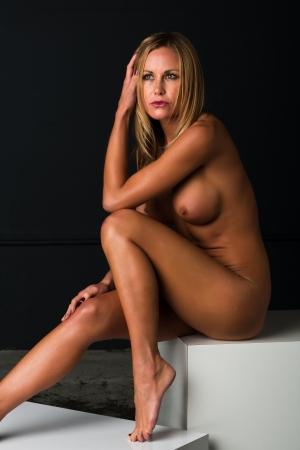 ni�a desnuda: Bastante rubia petite desnuda sentada Foto de archivo