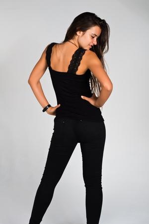 검은 옷을 입고 슬림 한 젊은 루마니아어 여자