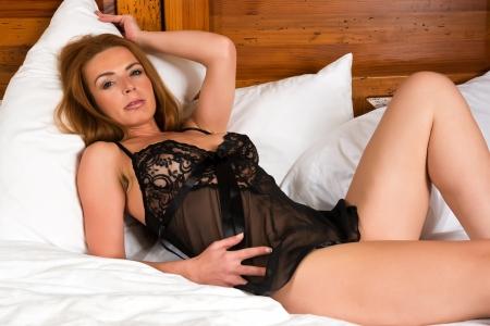 donne mature sexy: Bella rossa alto in una camicia nera Archivio Fotografico