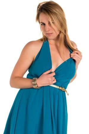 青緑色のドレスでかなり若いブロンドの女性
