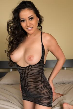 naakt: Mooie multiraciale vrouw in een onthullende zwarte jurk Stockfoto