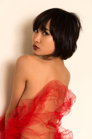 femme se deshabille: Belle jeune femme japonaise envelopp� de tulle rouge Banque d'images