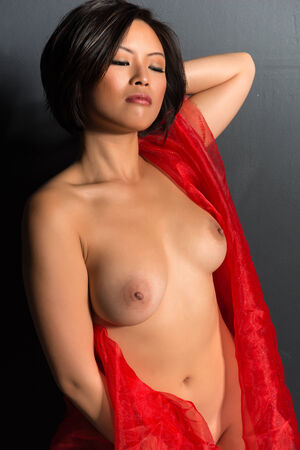 chica desnuda: Mujer china joven hermosa envuelta en tul rojo