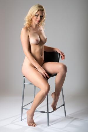 mujer desnuda sentada: Hermosa esbelta rubia posando desnuda Foto de archivo