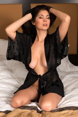 young nude girl: Sch�ne junge eurasische Frau nackt in einer schwarzen Robe Lizenzfreie Bilder