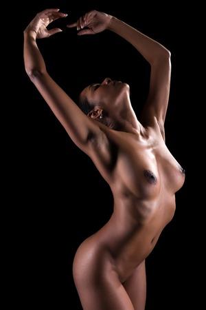 femme se deshabille: Belle jeune femme multiraciale nue sur fond noir